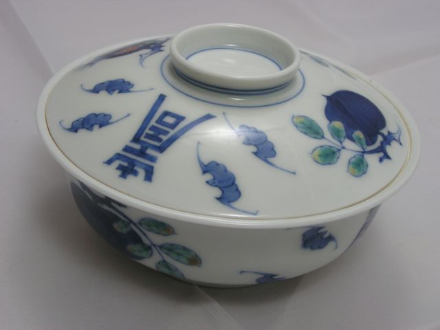 Kakiemon (XII) chawan (lidded bowl) - Japan - mid-20th century