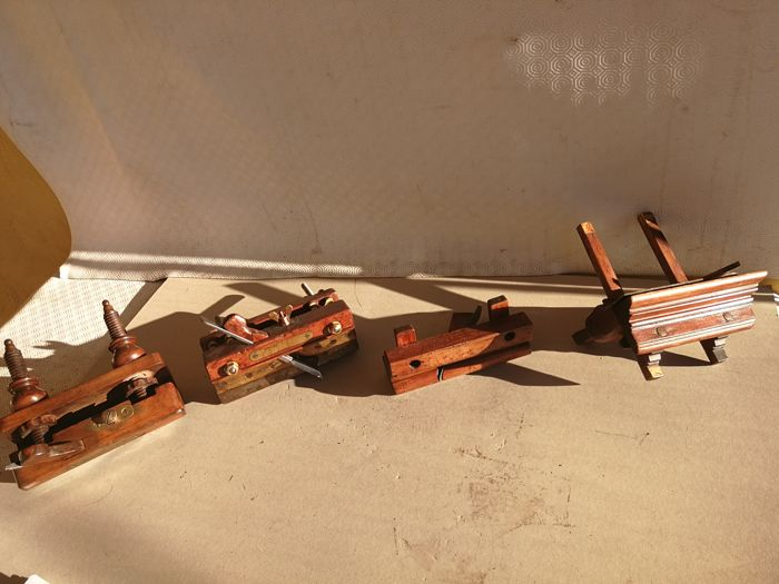Lot of 4 Antique hand planes in bronze finished beech wood, adjustable, in great condition, with original cutting tool. Period: late 1800s - French