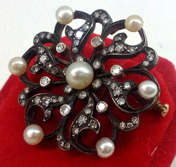 Women's brooch with antique diamonds and natural pearls, early 1900s