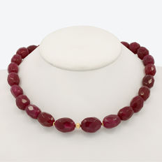 18k/750 yellow gold necklace with rubies  -  Length: 49 cm.