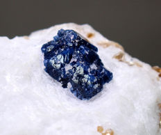 Beautiful Terminated Blue Spinel crystals on calcite matrix - 6.5 x 5.3 x 7.5 cm - 359 g