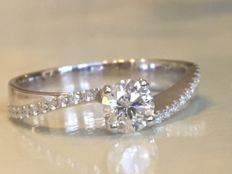 White gold 18 kt solitaire engagement ring with brilliant cut diamonds, approx. 0.48 ct F/VVS