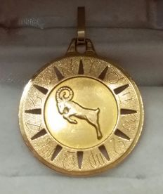 'Large 18 kt Gold Pendant' Capricorn Horoscope Sign embossed around the medal. 'Exclusive Design.'