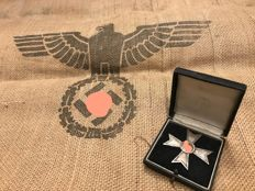 Exceptional lot: First Class War Cross set without swords (KVK 1st Class) with original displa case + Wehrmacht gunnysack