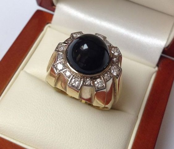Yellow gold 14 kt 585/000 ring with onyx and 0.28 ct brilliant cut diamonds W/VS
