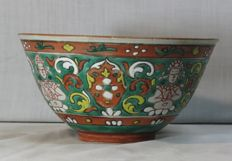 chinese porcelain Bencharong Thai, decorated with green enamels, the outside depicts four Kinaree figures