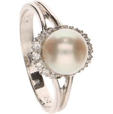 18 kt White gold ring, set with cultured pearl and 14 diamonds of approx. 0.01 ct each - Ring size: 17.5 mm