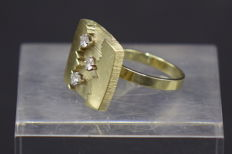 Modernist (approx. 1970) 14 kt gold ring set with 3 brilliant cut diamonds (0.1 K), 11 g