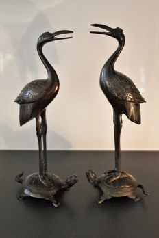 Couple of cranes resting on turtles – Bronze statues – Height: 26.5 cm – Japan – middle of the 20th century.