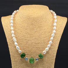 18kt/750 yellow gold necklace with baroque cultured pearls and emeralds - Length 55 cm.