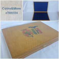 Italy - Wooden box for coins of the Kingdom of Italy, with tray in flocked blue velvet - Coins & More