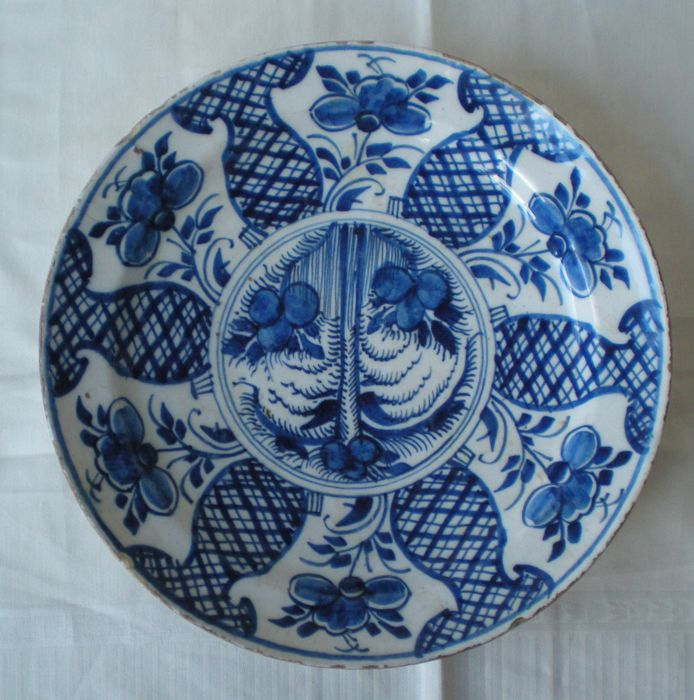 18th century delft earthenware dish with flower decor for Decor traduction