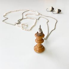 Set of necklace and dangle earrings, silver 925, pearls, chess piece and textile - necklace 120 cm, pendant 47 mm, dangle earrings 27 mm - 'Checkmate' made by Zita Jansen