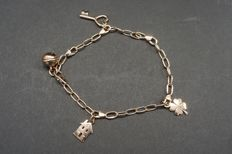 9 kt Dodo charm bracelet with 4 charms, length 19.5 cm