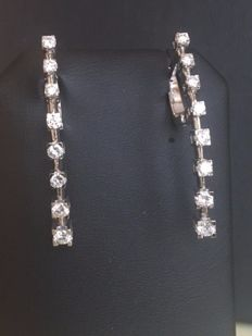 Quality 18 kt white gold dangling ear studs with approx. 1.00 ct of brilliant cut diamonds in total, Top Wesselton/VS