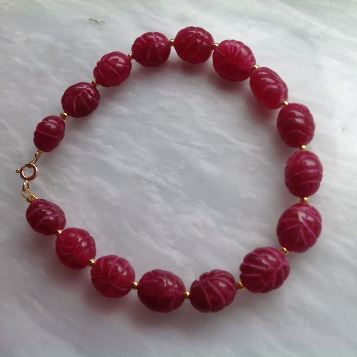Bracelet made of faceted ruby and yellow gold, 18 kt/750, length: 22.5 cm.