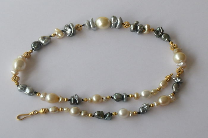 Pearl necklace with 22 kt gold clasp and connection pieces.