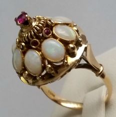 18 kt gold women's ring with opals and rubies. Weight: 6.38 g.