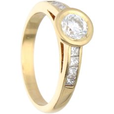18 kt - Yellow gold ring set with 1 brilliant cut and 8 princess cut diamonds of approx. 1.15 ct in total - Ring size: 19.5 mm