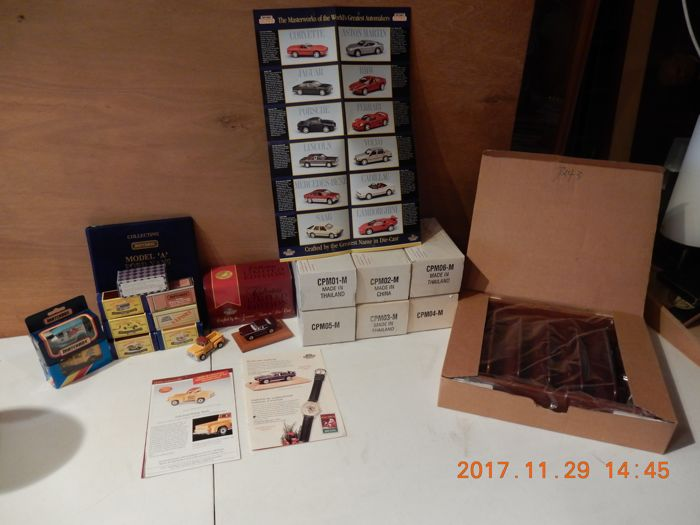 Matchbox - Scale 1/64-1/55 - lot with 23 models with original brochures, letter Matchbox and certificates, as well as 1 showcase