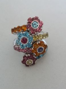 Pasquale Bruni – 750/1000 gold – Flower ring – Multicoloured semi-precious stones – Total weight: 29.10 g – Dimensions: 3.4 x 2.5 – Ring size: 14.