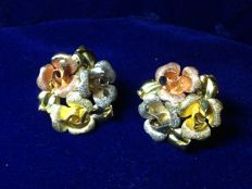Rose-shaped earrings in 18 kt yellow, white and rose gold