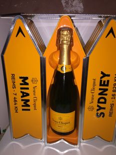 Champagne Veuve Clicquot Llimited Edition - 3 bottles (75cl) in metal sign arrows