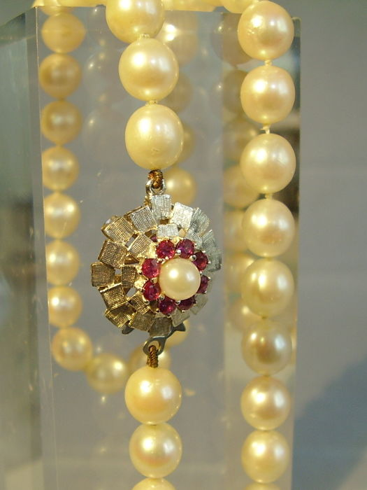 High value Akoya pearl necklace made of large Akoya pearls with 18 kt gold clasp with rubies of 0.52 ct