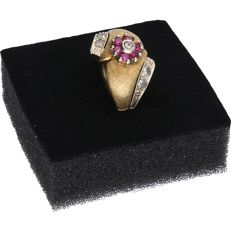 14 kt - Yellow gold matted ring set with rubies and zirconias - ring size: 19 mm