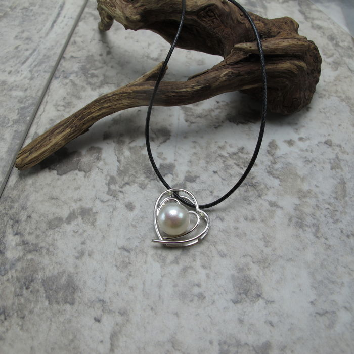 Japan Akoya sea water pearl, 18K gold, colored sapphire necklace. Pearl diameter: 8.6 mm. New, no wear.