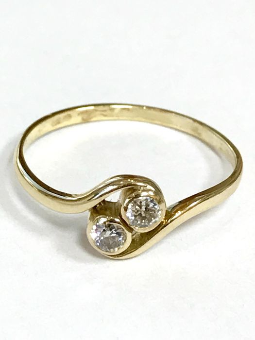 14 kt gold wavy ring - set with brilliant cut diamond of approx. 0.20 ct VSI
