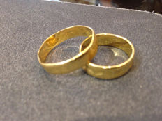 Pair of 22 kt gold wedding bands - size 18/26