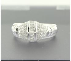 *****NO RESERVE PRICE****18 kt white gold ring set with 15 taper cut and 32 brilliant cut diamonds, approximately 0.70 carat in total