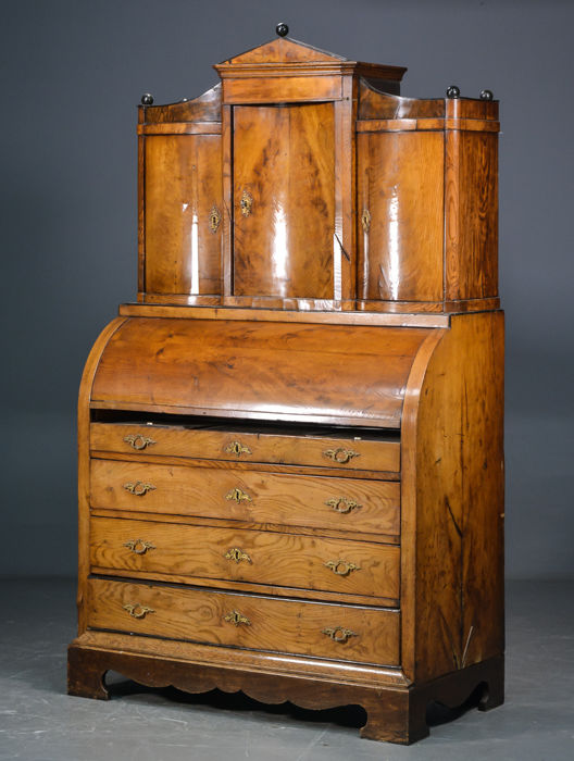 A neoclassical elms wood cylinder desk with superstructure - Denmark - circa 1820