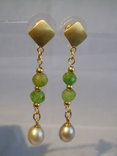3-layered 14 kt gold earrings with faceted emeralds weighing approx. 6 ct in total and grey pearls.