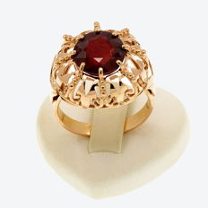 18k/750 pink gold ring with 10 mm. Ø ruby  –  Ruby weight 4.68 ct.