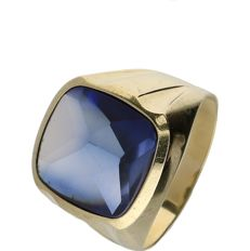 14 kt yellow gold signet ring set with a synthetic sapphire