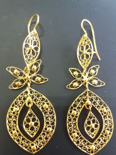 Long filigree earrings in 19.2 kt gold