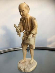 A finely carved ivory Okimono sculpture - Signed with red seal - Japan - ca. 1900 (Meiji period)