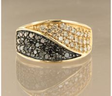 ***** NO RESERVE PRICE ***** 14k yellow gold ring set with champagne colored and black diamonds - ring size 56