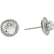 18 kt White gold ear studs set with round brilliant cut diamonds of approx. 0.56 ct in total. Diameter: 1 cm