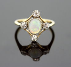 Vintage 18K yellow gold ladies ring with opal (1 CT) and diamonds (0.40 CT Total), Circa.1970's