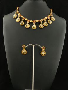 Antique set in 22 kt gold consisting of earrings and necklace with diamonds, rubies and meena enamels - Rajasthan, mid 20th century