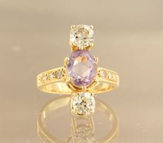 18 kt yellow gold ring set with amethyst and 2 Bolshevik and 6 brilliant cut diamonds, approximately 3.20 carat in total, ring size 17 (53)