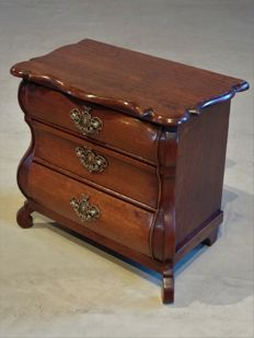 A Louis XV oak miniature commode – The Netherlands – circa 1750/1760