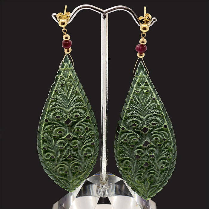 18kt/750 yellow gold earrings with carved green jade and rubies – Length 88 mm.