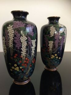 A superb pair of silver wire cloisonne vases - Style of NAMIKAWA Yasuyuki - Japan - late 19th century (Meiji period)