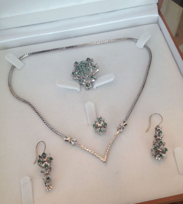 4 part jewellery set - necklace with pendant, brooch, earrings with emeralds made of 585 / 14 kt gold