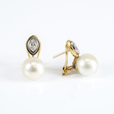 White and yellow gold, 750/1000 (18 kt) - Earrings - Diamonds - Australian South Sea pearls - Earring height: 22.75 mm (approx.)