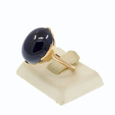 18kt/750 yellow gold ring with a cabochon sapphire – Sapphire weight 26.8 ct.  - Size 19 -